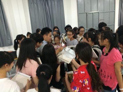 青卓汪校长今天给孩子现场发书